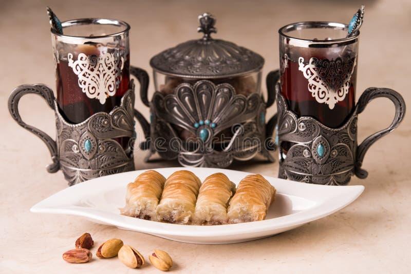 Baklava och svart te arkivbild