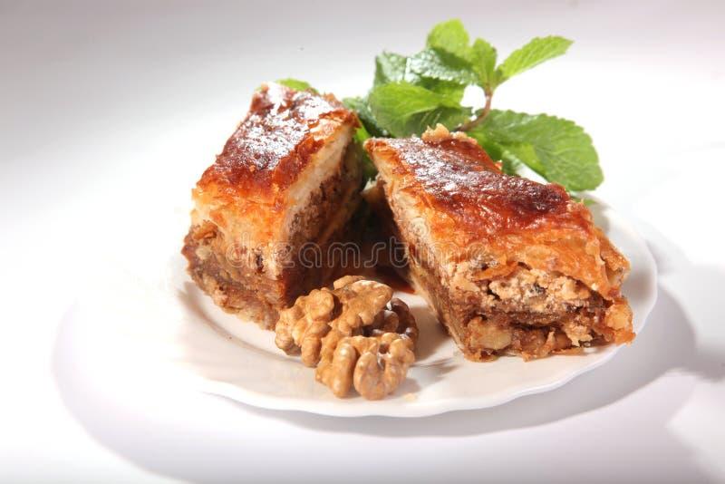 Baklava oriental com porcas e hortelã fotografia de stock