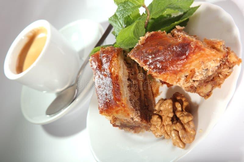 Baklava oriental com porcas e hortelã imagens de stock