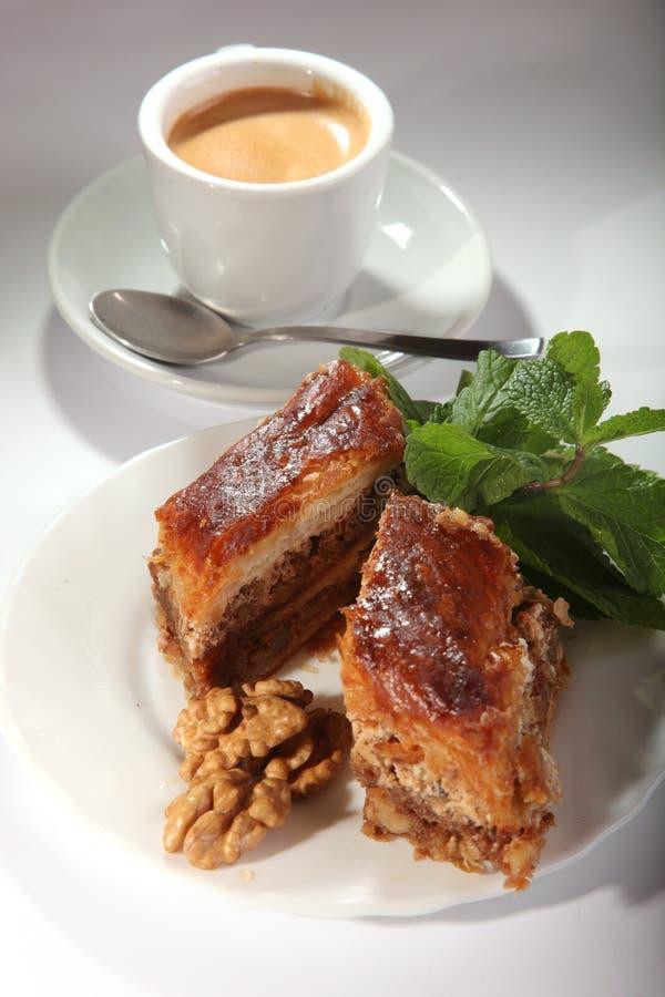 Baklava oriental com porcas e hortelã imagem de stock royalty free
