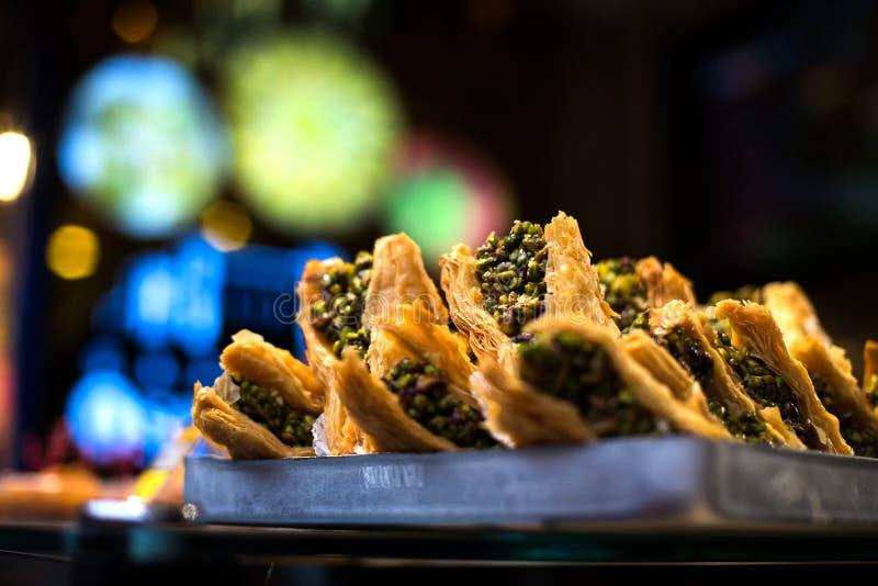 Baklava orientale tradizionale del dessert con i pistacchi e le noci fotografia stock