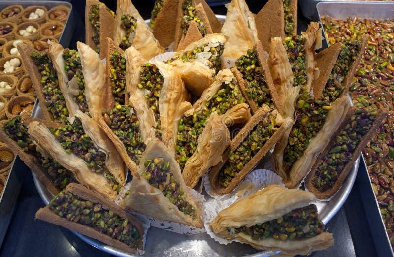 Baklava orientale tradizionale del dessert con i pistacchi e le noci fotografia stock libera da diritti