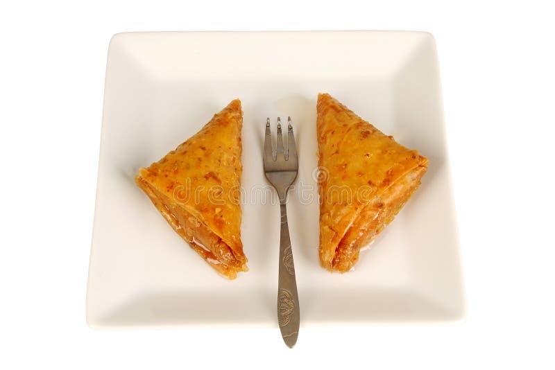 Baklava orientale tradizionale del dessert sul piatto con la forcella immagine stock libera da diritti
