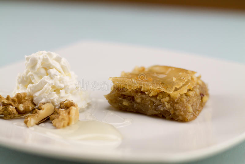 Baklava servita con yogurt e miele greci immagini stock libere da diritti