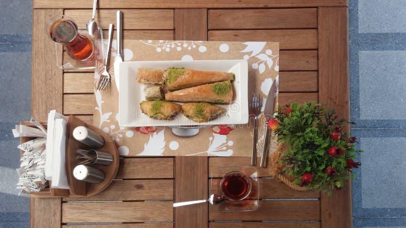 Baklava som är smaklig i tabell med te arkivbilder