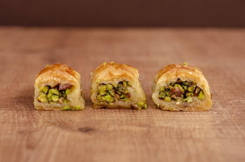 Baklava turco da sobremesa na placa de madeira na fileira fotos de stock royalty free