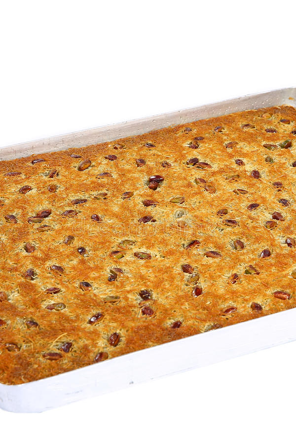Baklawa di Kataifi dell'arachide sul vassoio fotografie stock
