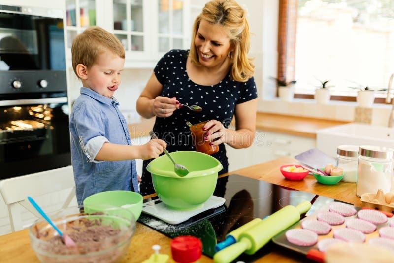 Bakning för härligt barn och moder fotografering för bildbyråer
