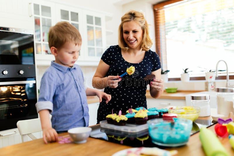 Bakning för härligt barn och moder royaltyfri foto