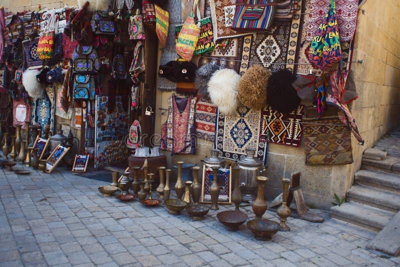 BAKOU, AZERBAÏDJAN - 28 AVRIL 2018 : Boutique de souvenirs au centre historique de Bakou images stock