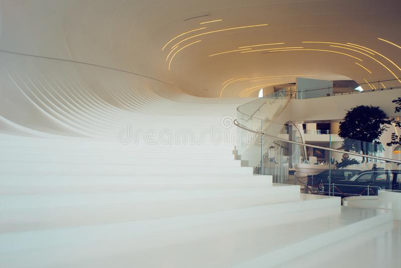 BAKOU, AZERBAÏDJAN - 28 AVRIL 2018 : Intérieur de centre de Heydar Aliyev à Bakou Architecture moderne, images stock