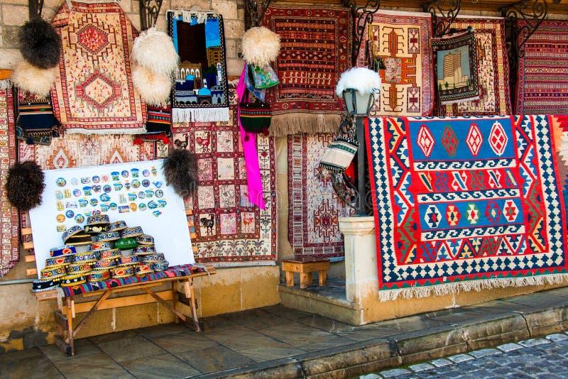 Bakou, Azerbaïdjan Beaux tapis décorés au marché en plein air photographie stock libre de droits