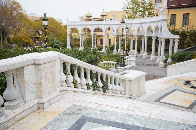 Bakou, Azerbaïdjan - 2018 : Fontaine d'eau de jardin de la jeunesse Place de fontaine et le parc de ville au centre de Bakou photographie stock libre de droits