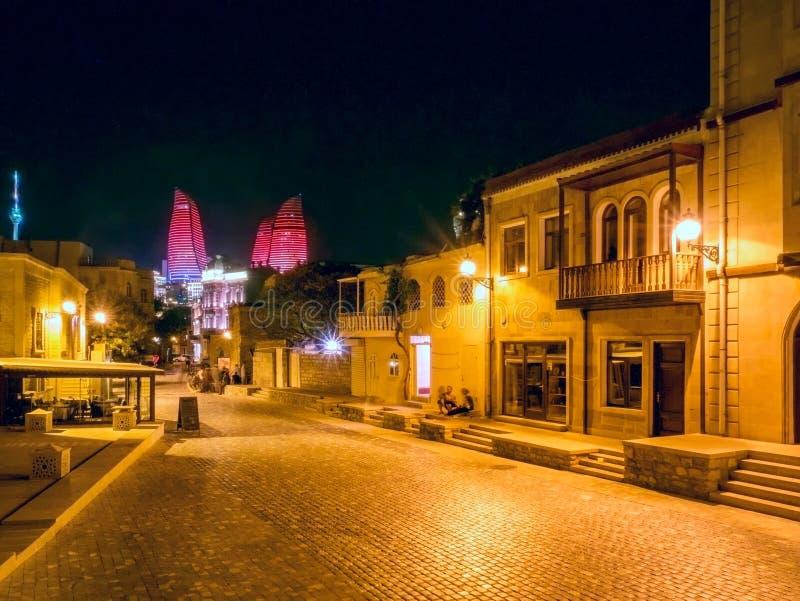 BAKOU, AZERBAÏDJAN - 24 JUILLET : Icheri Sheher (vieille ville) de Bakou, Azerbaïdjan, le 24 juillet 2014, avec la grande archite photos libres de droits