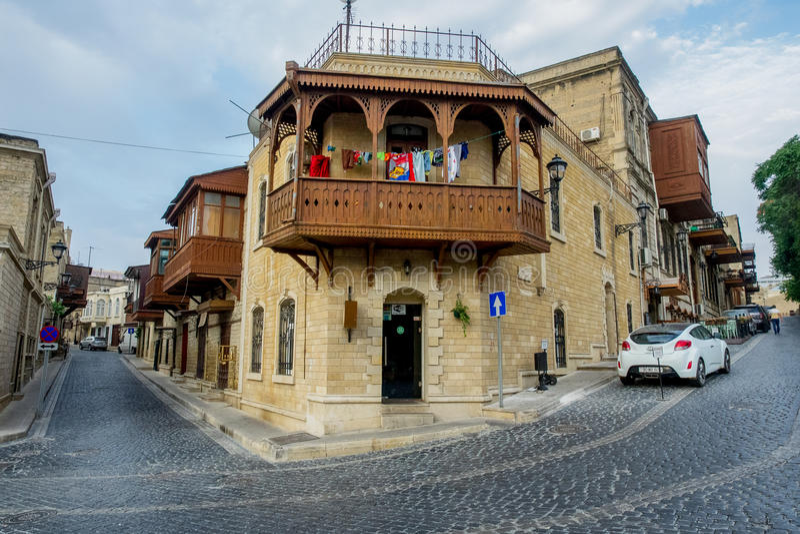 BAKOU, AZERBAÏDJAN - 24 JUILLET : Icheri Sheher (vieille ville) de Bakou, Azerbaïdjan, le 24 juillet 2014, avec la grande archite photo stock