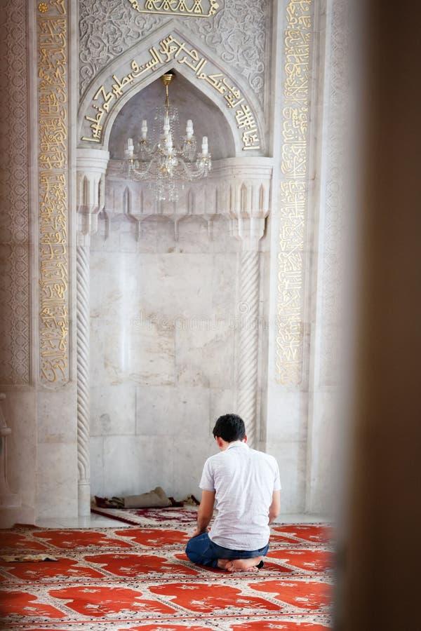 BAKOU, AZERBAÏDJAN - 17 juillet 2015 : Un homme musulman non identifié prie dans la mosquée de Juma images stock