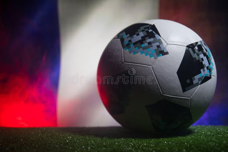 BAKOU, AZERBAÏDJAN - 21 JUIN 2018 : Concept créatif Boule 2018 du football de coupe du monde de la Russie de fonctionnaire Adidas photographie stock