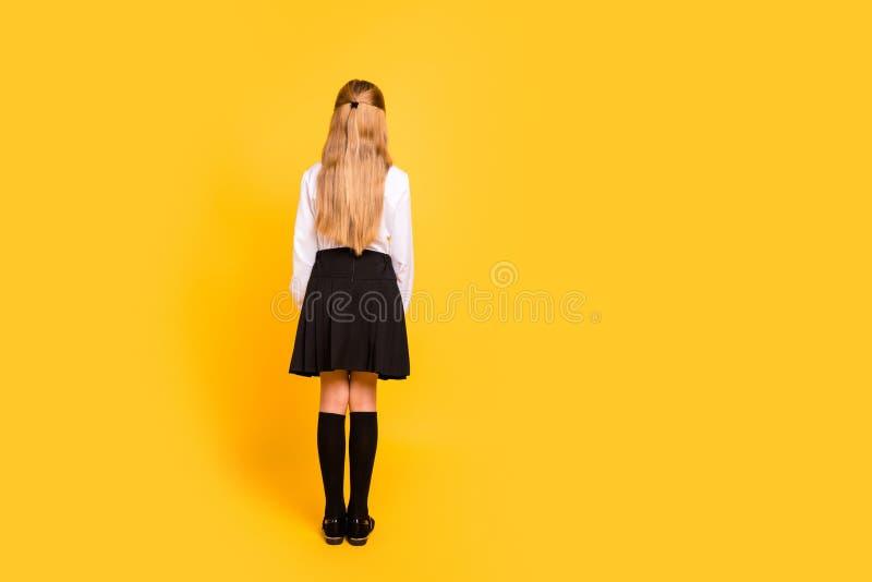 Bakre baksida bak full sikt för längdkroppformat av henne henne som Nice-ser attraktivt raksträcka-haired pre-tonårigt flickaanse royaltyfria foton