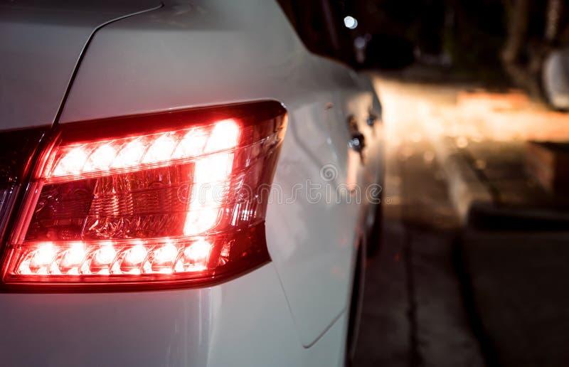 Bakre ljus av den vita bilen royaltyfri bild