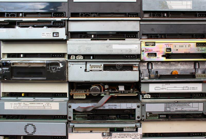 Bakre paneler av gamla disketta CD- och dvddrev som bakgrund arkivbild
