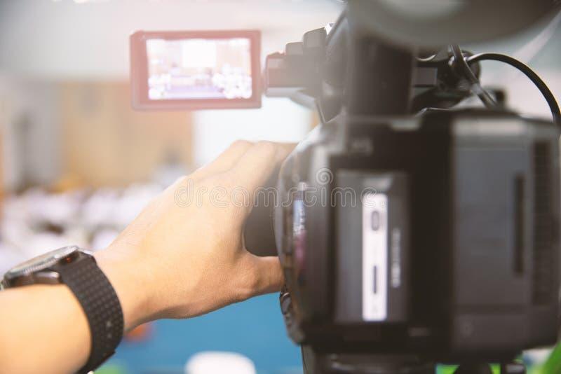 Bakre sida av den videopd kameraman som tar photograp till etappen royaltyfria bilder