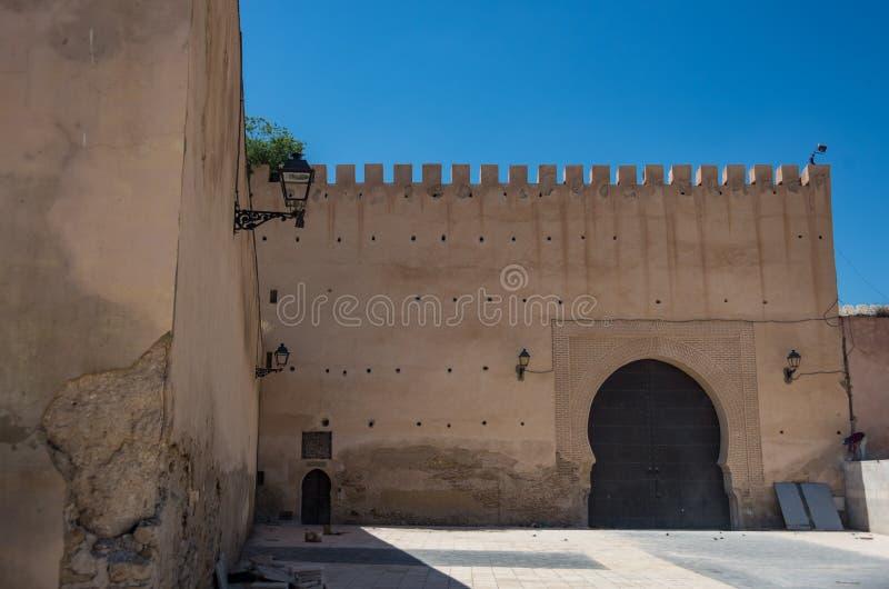 Bakre sida av porten av Bab el Mansour i Meknes royaltyfri foto
