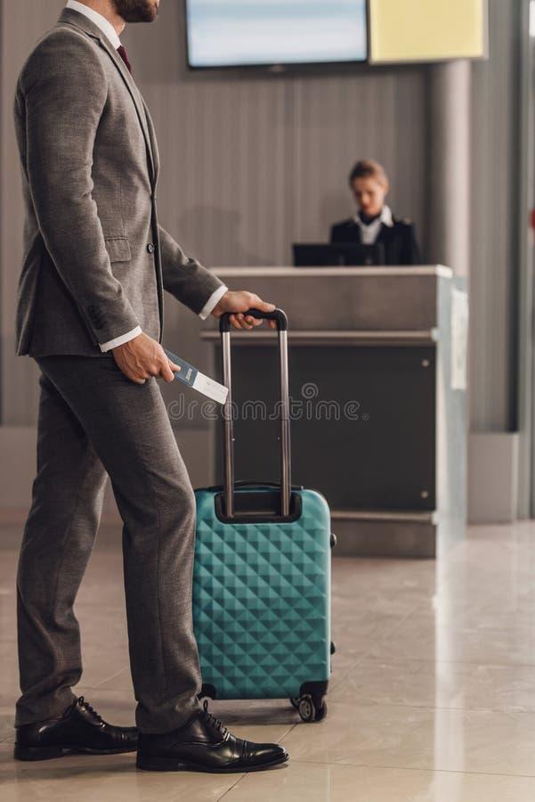 bakre sikt av affärsmannen med resväskan som är främst av flygplatskontroll fotografering för bildbyråer