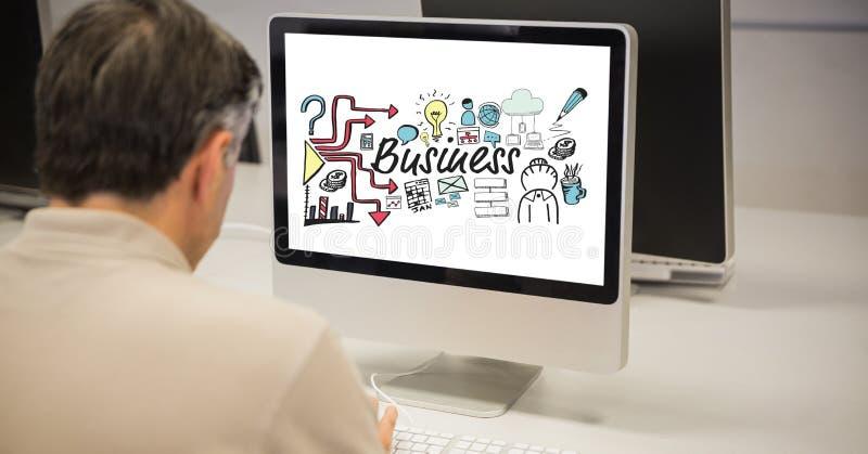 Bakre sikt av affärsmannen som analyserar plan på den skrivbords- datoren royaltyfri fotografi