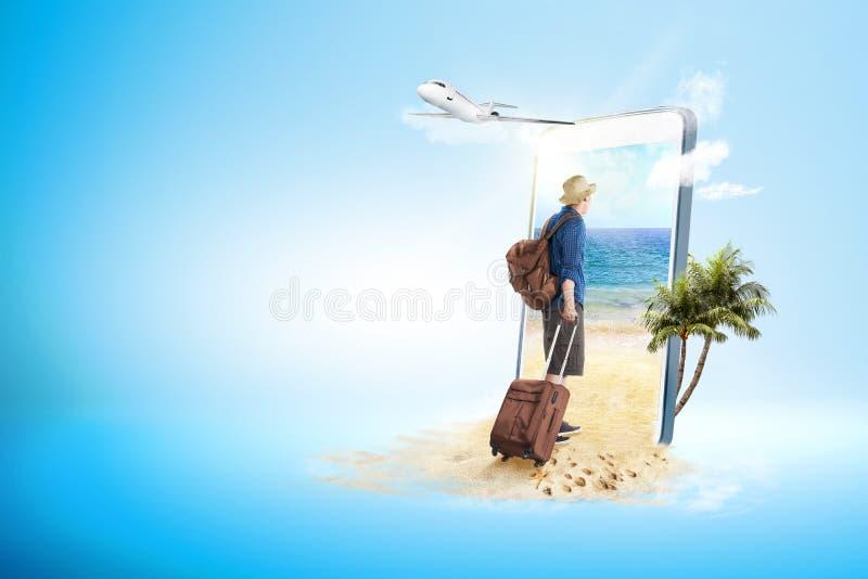 Bakre sikt av den asiatiska mannen i hatt med resväskapåsen och ryggsäck som går till stranden arkivfoton