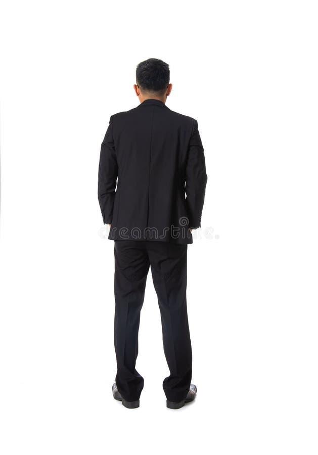 Bakre sikt av den asiatiska unga affärsmannen som isoleras över vit backgr royaltyfri foto