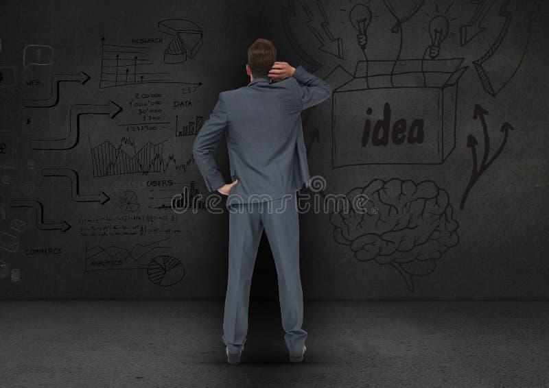 Bakre sikt av den förvirrade affärsmannen som ser affärsidé på grå bakgrund royaltyfri bild