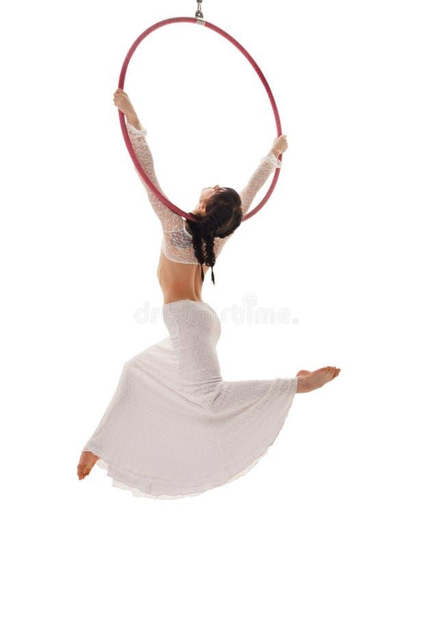 Bakre sikt av den flyg- akrobaten med cirkeln på vit royaltyfri foto