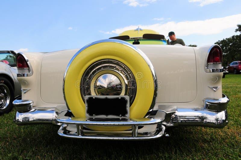 Bakre sikt av den gula klassiska bilen fotografering för bildbyråer