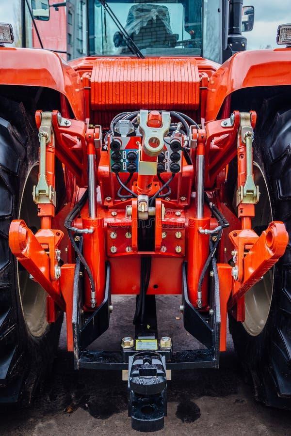 Bakre sikt av den moderna jordbruks- traktoren Hydraulisk hake Hydraulisk lyftande ram royaltyfria foton