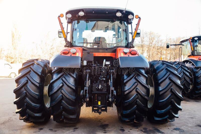 Bakre sikt av den moderna jordbruks- traktoren Hydraulisk hake Hydraulisk lyftande ram royaltyfri bild