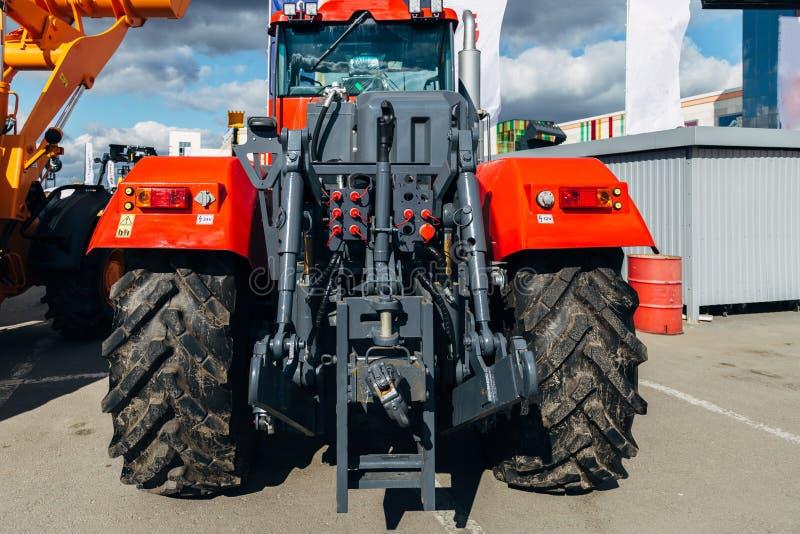Bakre sikt av den moderna jordbruks- traktoren Hydraulisk hake Hydraulisk lyftande ram arkivfoton