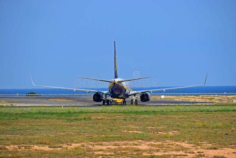 Bakre sikt AV den Ryanair nivån fotografering för bildbyråer