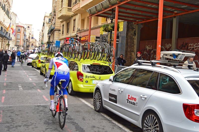 Bakre sikt av den tävlings- cyklisten arkivfoton