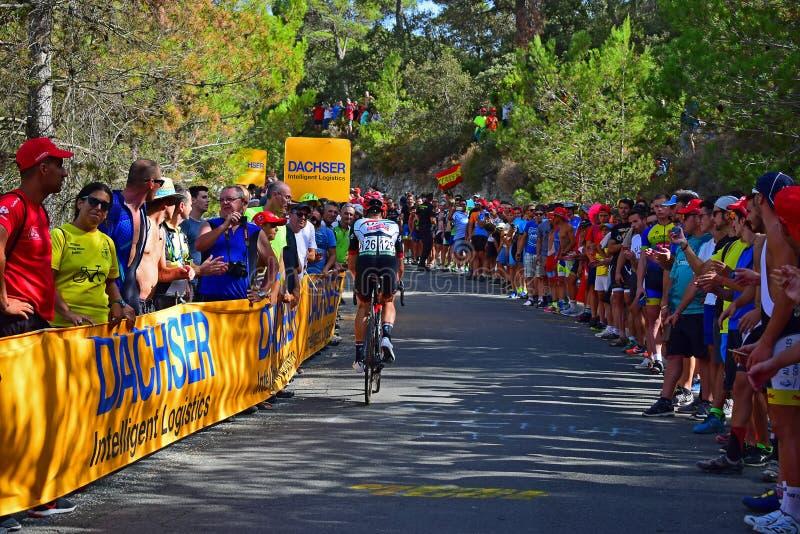 Bakre sikt av för Vuelta España för cykelracerbilLa loppet cirkulering royaltyfria bilder