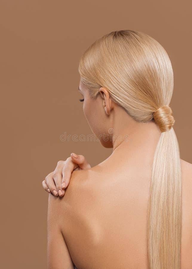 bakre sikt av flickan med härligt långt blont hår och naken baksida royaltyfri fotografi