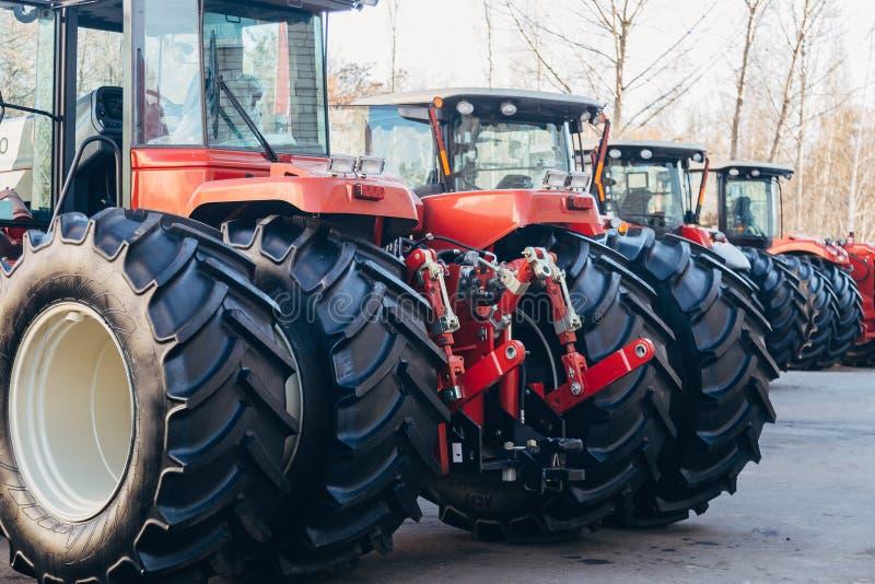 Bakre sikt av moderna jordbruks- traktorer med den hydrauliska lyftande ramen för att fästa skuggad utrustning arkivbild