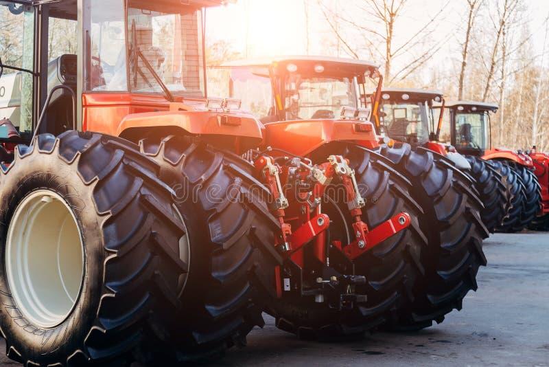 Bakre sikt av moderna jordbruks- traktorer med den hydrauliska lyftande ramen för att fästa skuggad utrustning arkivbilder