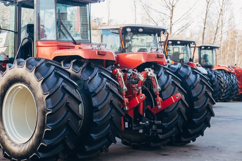 Bakre sikt av moderna jordbruks- traktorer med den hydrauliska lyftande ramen för att fästa skuggad utrustning royaltyfri foto