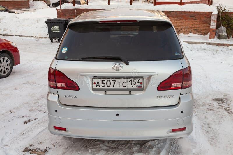 Bakre sikt av Toyota Ipsum den sista utvecklingen i silverfärg, når att ha gjort ren för försäljning i en vinterdag och en snöbak arkivbilder