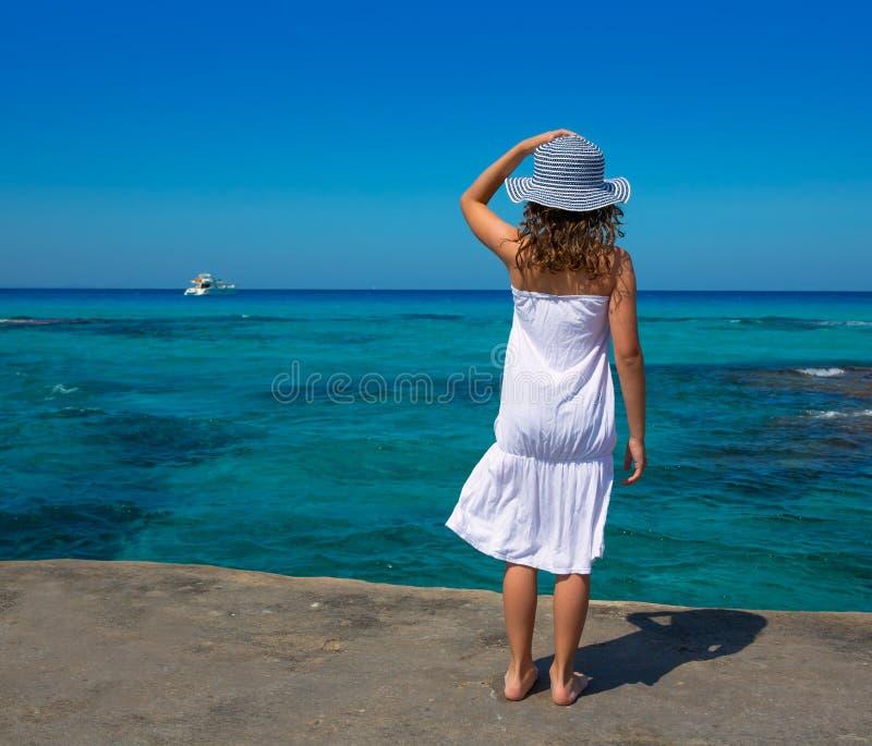 Bakre sikt för flicka i Formentera Ibiza strandturkos arkivbild