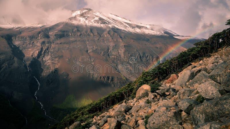Bakre sikt från grunden av Torresen del Paine med en regnbåge royaltyfria foton