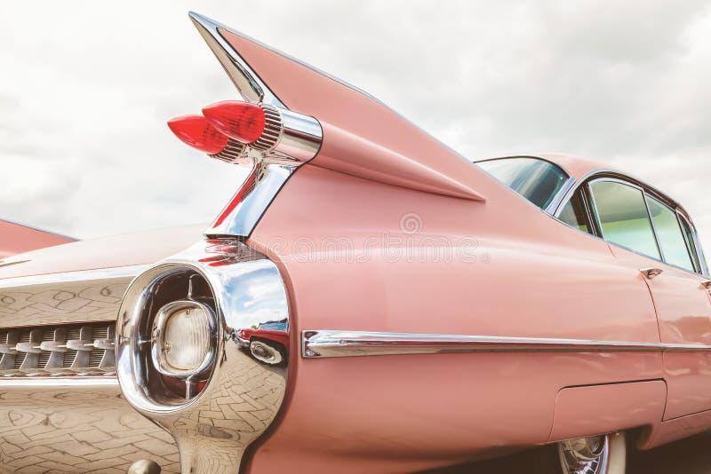 Bakre slut av en rosa klassisk Cadillac bil royaltyfri fotografi