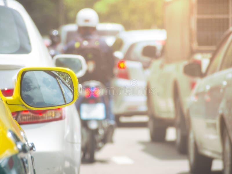 Bakre spegel av taxien, medan fastklämt i trafik på vägen fotografering för bildbyråer