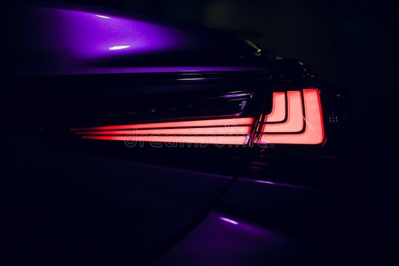 Bakre stoppljus av den moderna bilen med lett arkivbild
