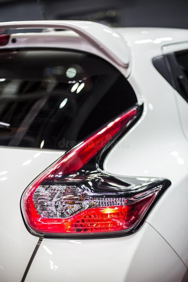 Bakre stoppljus av den moderna vita bilen royaltyfria bilder